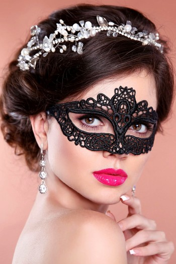 Black Lace Mask Amelia, comfortable and can be worn with Glassses